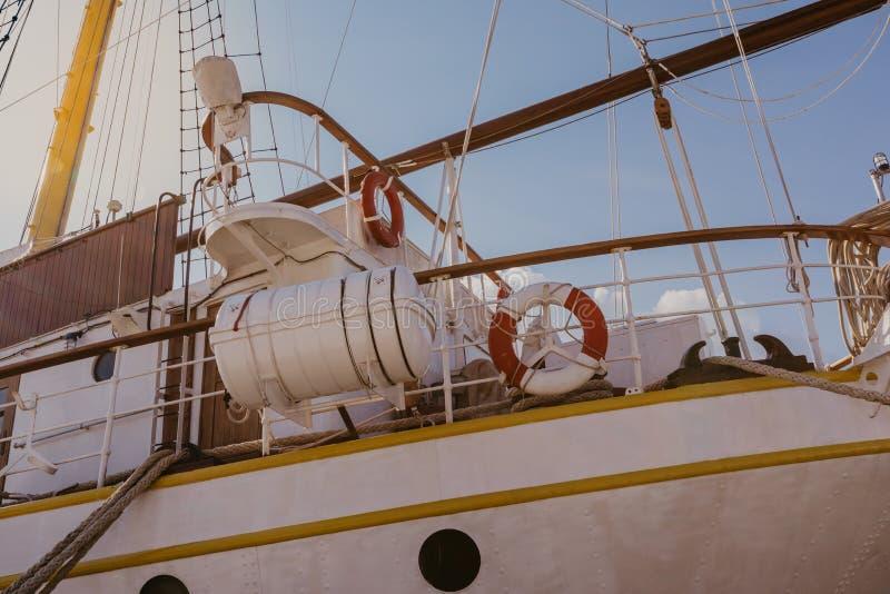 Части туристического судна в морском порте стоковые изображения