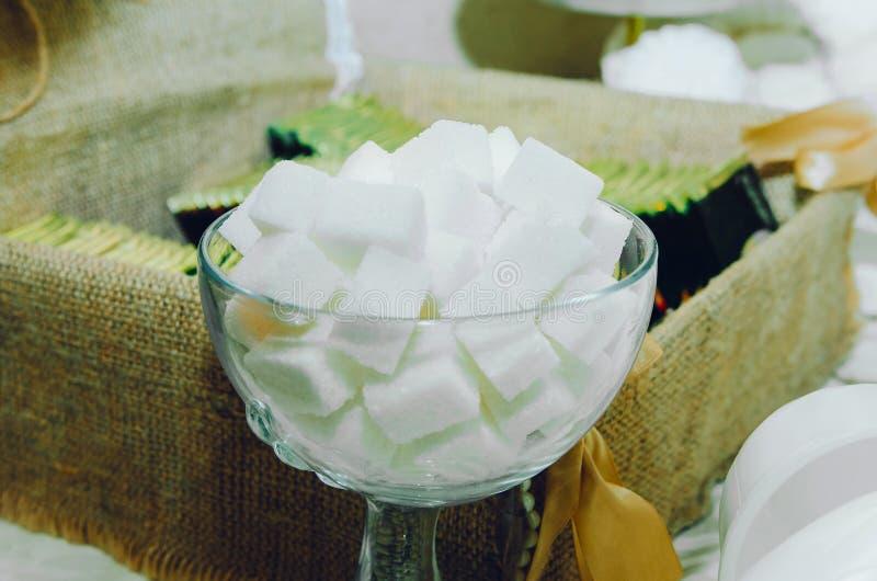 Части уточненного сахара в стеклянном шаре стоковые изображения rf