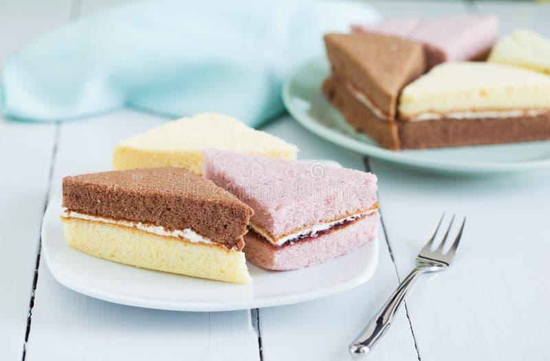 Части шифонового торта на плите для закуски стоковые фото