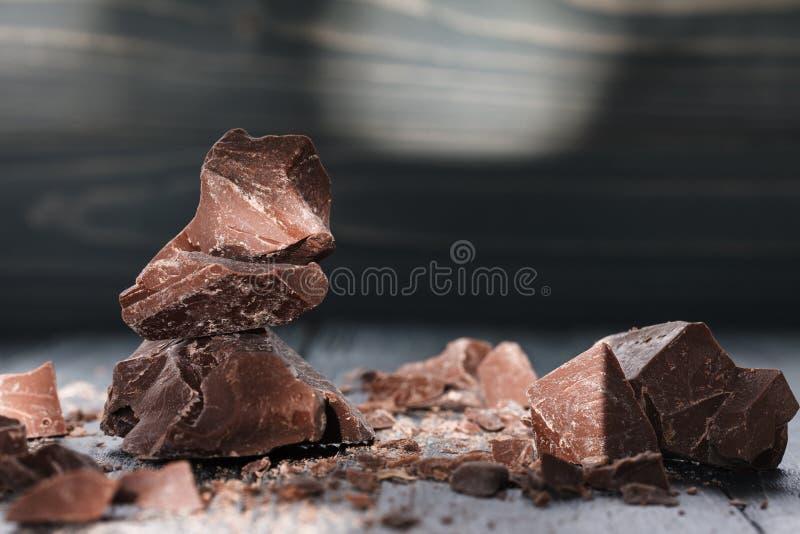 Части шоколада на темном backround стоковые фотографии rf
