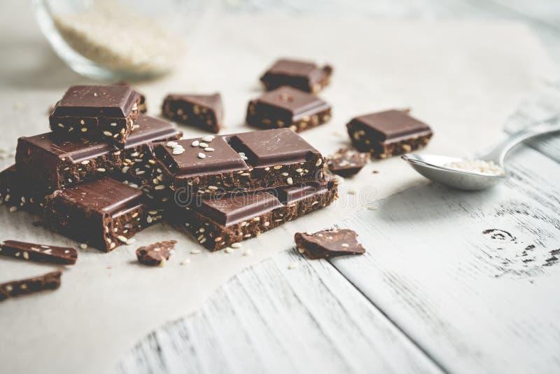 Части шоколада с сезамом на таблице стоковое фото