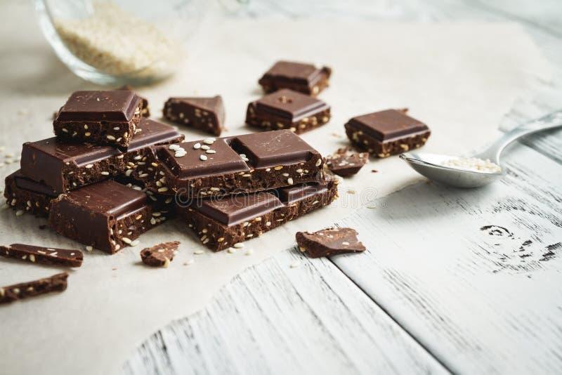 Части шоколада с сезамом на таблице стоковая фотография