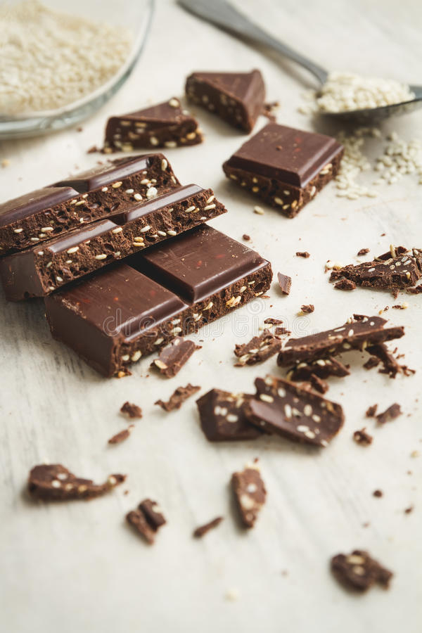 Части шоколада с семенами сезама стоковая фотография