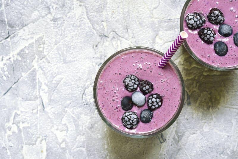 2 части smoothies ягоды в стеклах с бумажными соломами T стоковая фотография