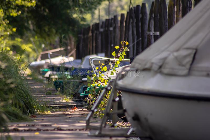 частность набережной для маленьких лодок на sile реке, около небольших деревень которые выравнивают берег вы может считать эти до стоковые изображения rf