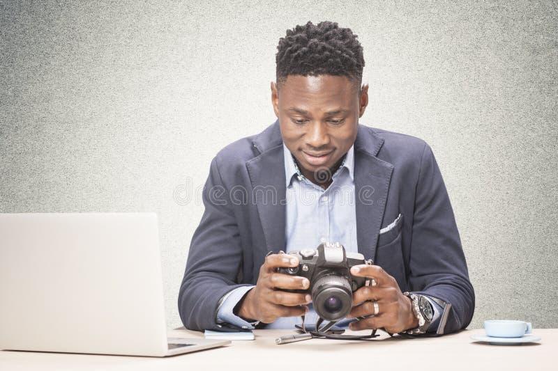 Частный детектив смотрит фото стоковое изображение