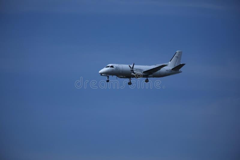 Частный самолет в небе, приземляясь стоковые изображения