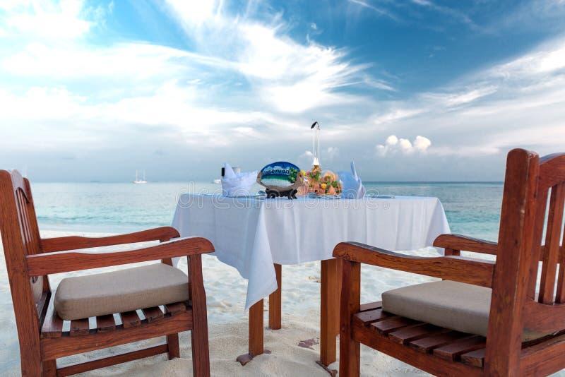 Частный ужин на пляже стоковые изображения rf