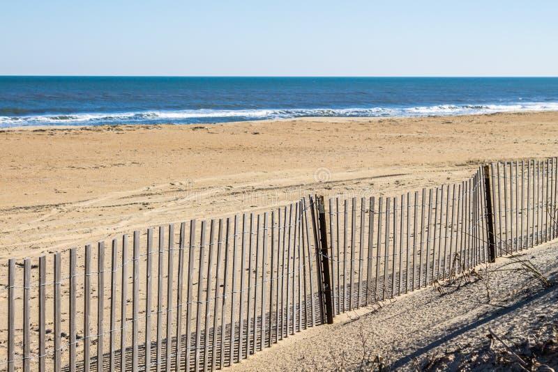 Частокол на пустом пляже Sandbridge в Virgnia стоковая фотография rf