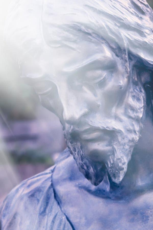 Часть античного Иисуса Христа статуи как символ любов, веры и вероисповедания стоковые изображения rf