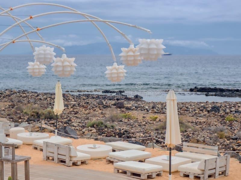 Часть бара пляжа сразу на диком пляже на Атлантическом океане на Канарских островах Тенерифе стоковое фото