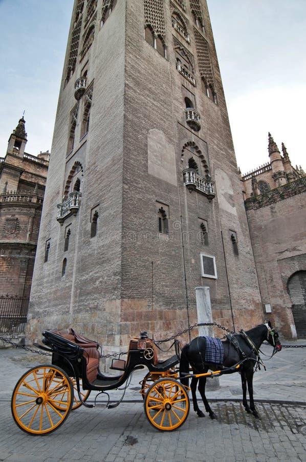 Часть башни Giralda и экипажа в Севилье, Испании стоковое изображение rf