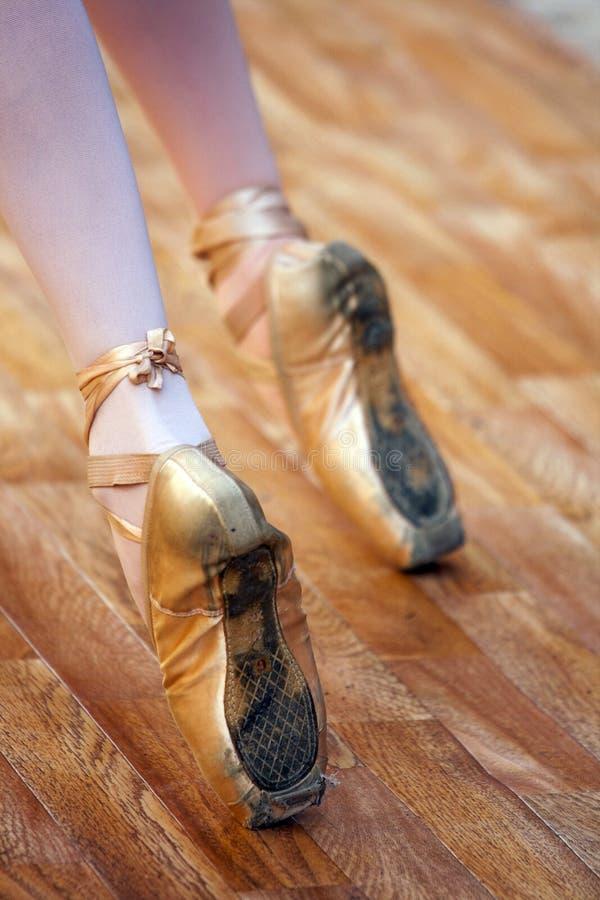 Часть балета с ногами маленьких девочек на pointes стоковая фотография rf
