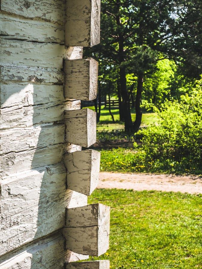 Часть белого деревянного здания стоковая фотография rf
