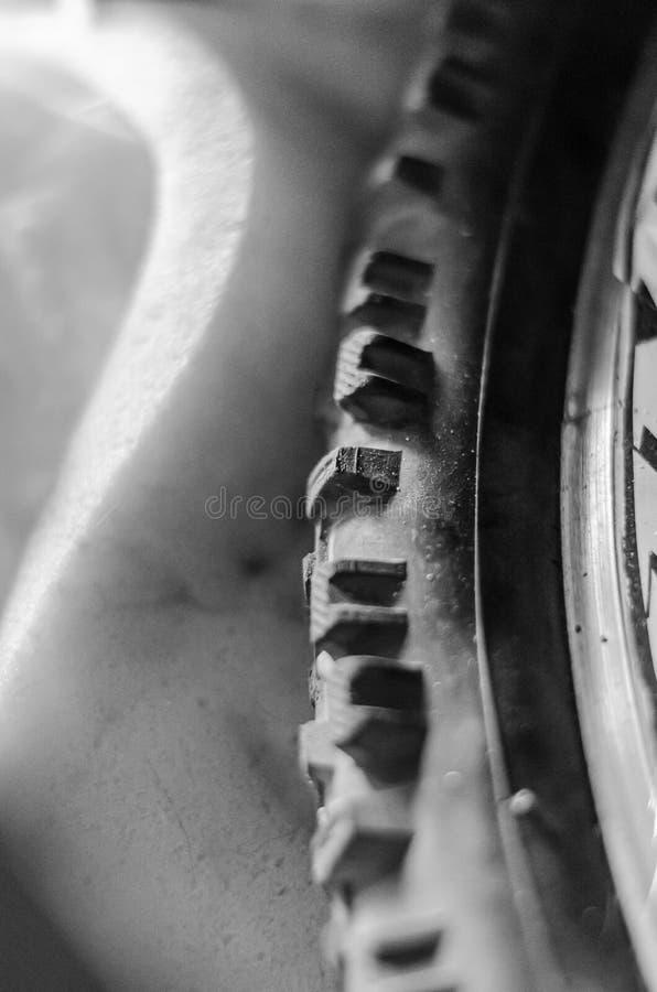 Часть велосипеда катит внутри мягкий солнечный свет Находки в старом чердаке Вертикальное положение изображения o monochrome стоковые фото
