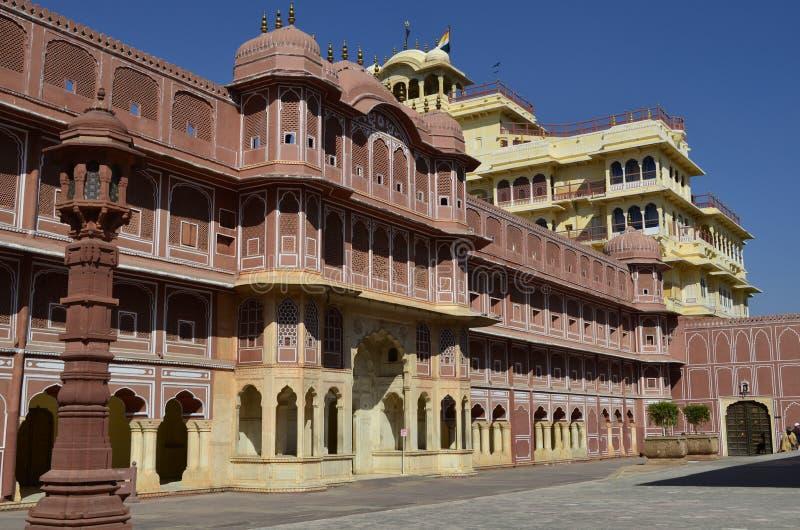 Часть величественного дворца города в Джайпуре Раджастхане Индии стоковые фото