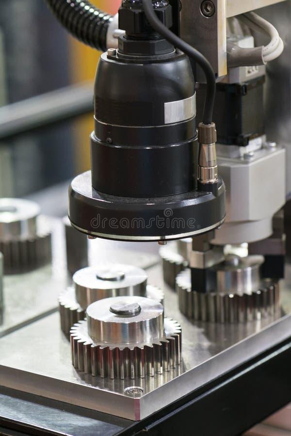 Часть высокой точности осмотра оператора мимо автоматизирует syste зрения стоковое фото