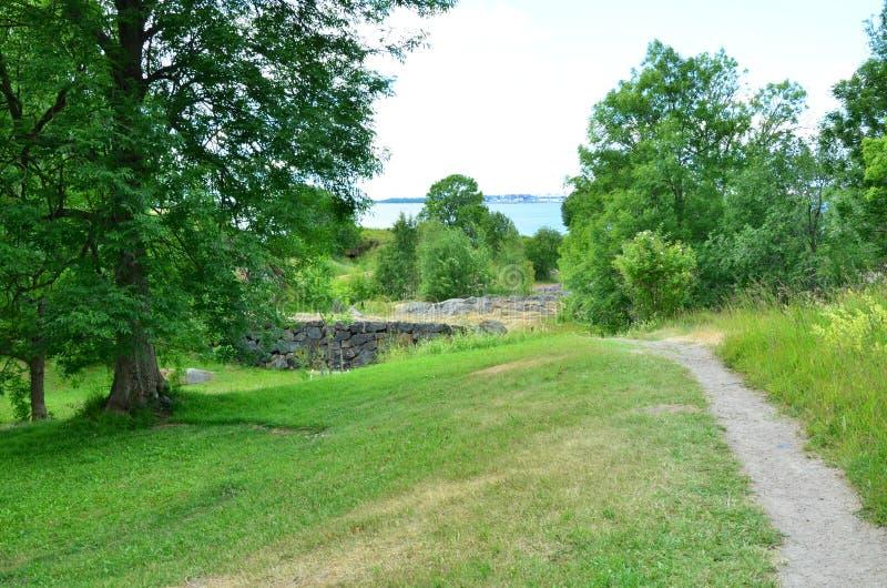 Часть города - крепости Суоменлинны окруженной по своей природе Финляндия стоковые фото