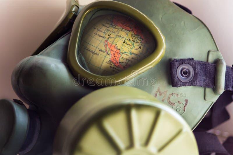 Часть глобуса мира показывает через неизвестного изготовителя маски противогаза армии WWII стоковое фото