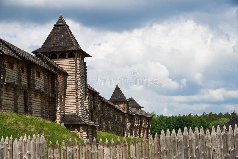 Часть деревянной крепости с башнями, стеной и палисадом стоковые изображения