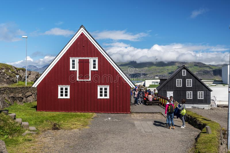Часть здания Langabud деревянного, самая старая красного цвета бортовая в городке Djupivogur в восточной Исландии, фактически рес стоковые фотографии rf