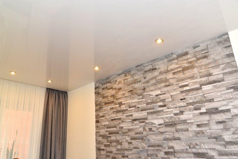 Часть интерьера живущей комнаты со смотреть на от декоративного камня стоковые изображения rf