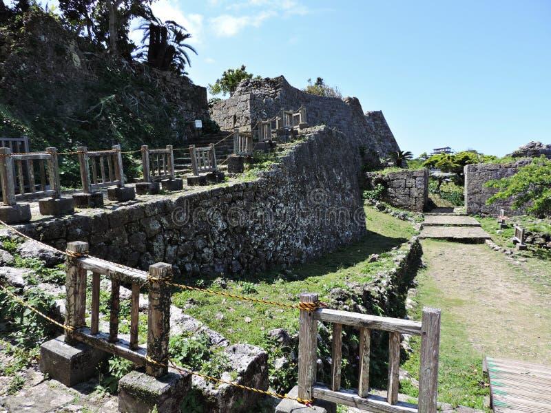 Часть каменной стены на месте Nakagusuku-Джо в Японии стоковое изображение