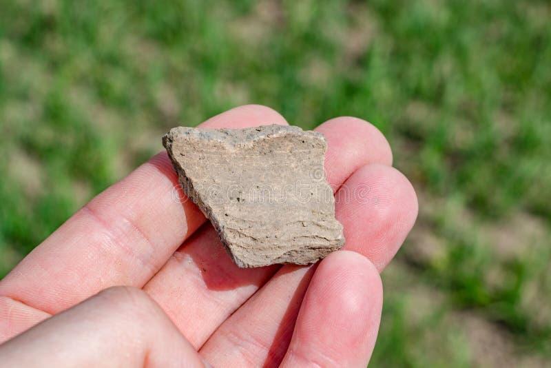 Часть керамического сосуда нашла в поле стоковое изображение rf