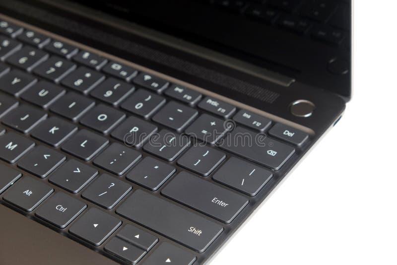 Часть клавиатуры компьтер-книжки и сенсорная панель раскрытой компьтер-книжки изолированной на белом взгляде со стороны стоковые фотографии rf