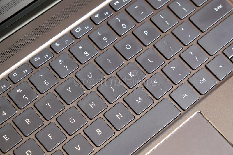 Часть клавиатуры компьтер-книжки и сенсорная панель черноты раскрыли взгляд сверху компьтер-книжки стоковое фото