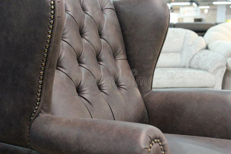 Часть классического кожаного стула Конец-вверх элегантной кожаной текстуры с кнопками Часть классического стула Со свободным спа стоковые изображения rf