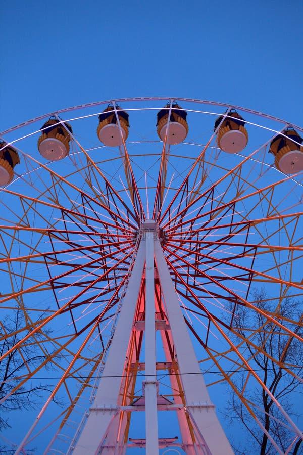 Часть колеса Ferris на ноче стоковые фото