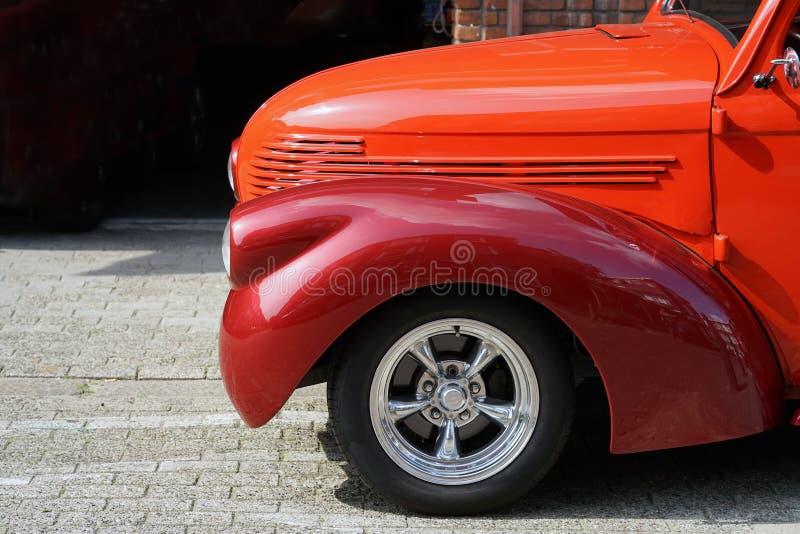 Часть крыла красного автомобиля стоковое фото rf