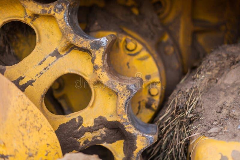 Часть металла шестерни гусеницы трактора стоковое фото rf