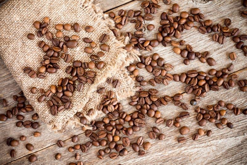 Часть мешковины с кофейными зернами стоковые фотографии rf