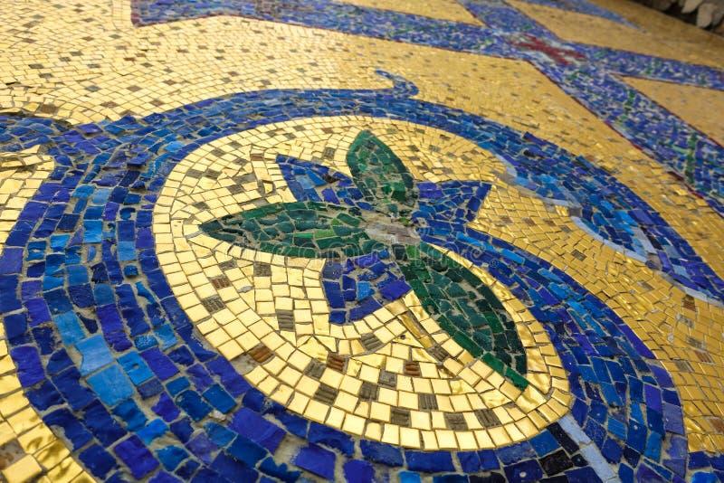 Часть мозаики Синь флористического орнамента на золотой предпосылке стоковые изображения rf