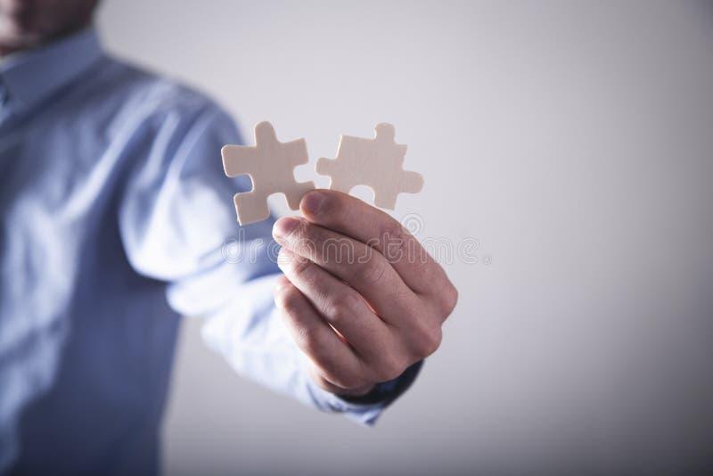 Часть мозаики удерживания руки Решение, успех, сыгранность стоковое изображение