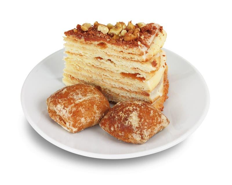 Часть торта и 2 хлебов имбиря на белом поддоннике стоковая фотография rf