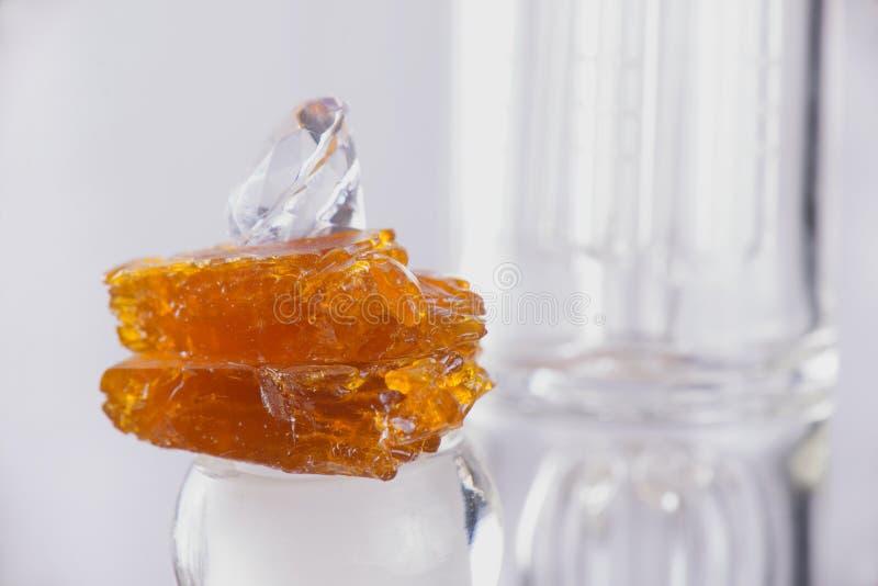 Часть обломка концентрата масла конопли aka над стеклянным снаряжением i стоковое фото rf
