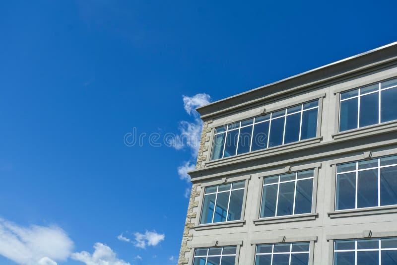 Часть офисного здания современной архитектурой на предпосылке голубого неба стоковое фото rf