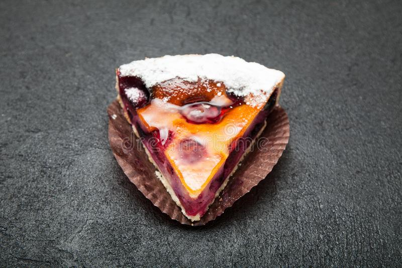 Часть очень вкусного домодельного пирога на черной предпосылке, конца-вверх ягоды стоковые фото