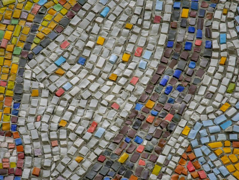 Часть панелей мозаики конспекта керамических на стене Пестротканые камни стоковое фото