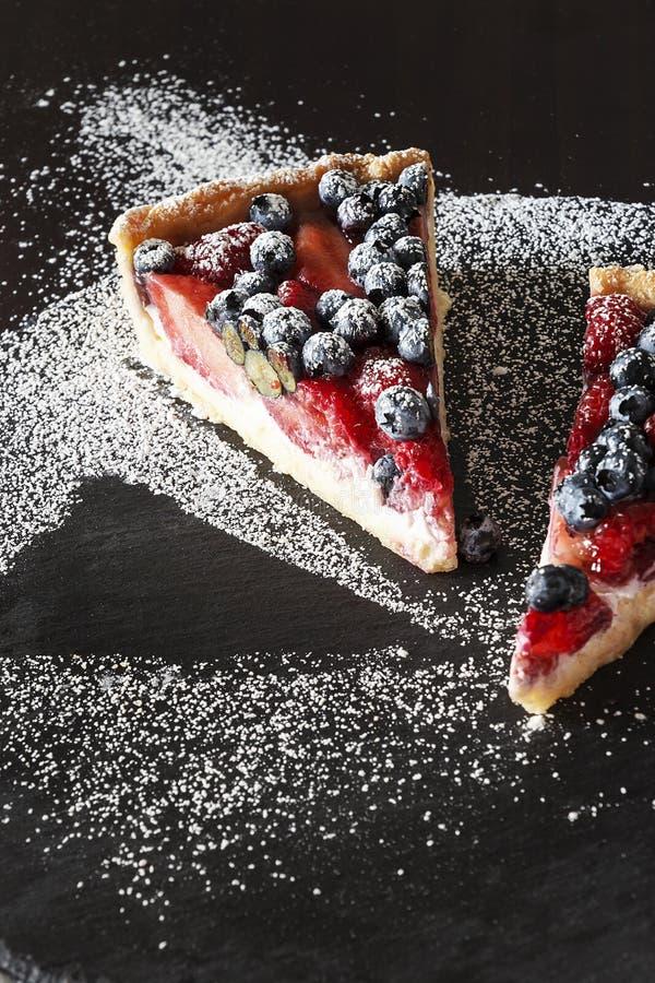 Часть пирога рикотты с свежими клубникой, голубикой и поленикой стоковые изображения rf