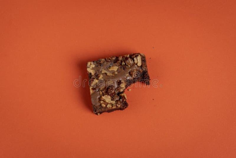 Часть пирожного сдержанная на оранжевой предпосылке Минималистичный стиль, над взглядом стоковые фото