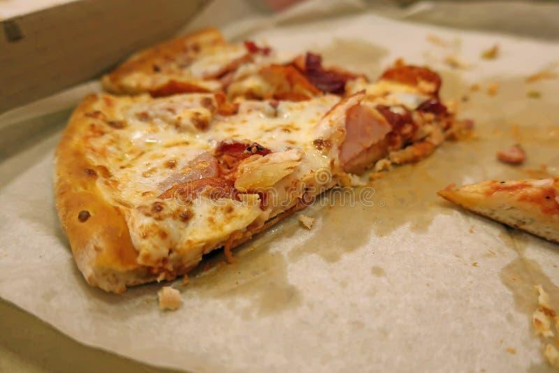 Часть пиццы в коробке стоковое изображение rf