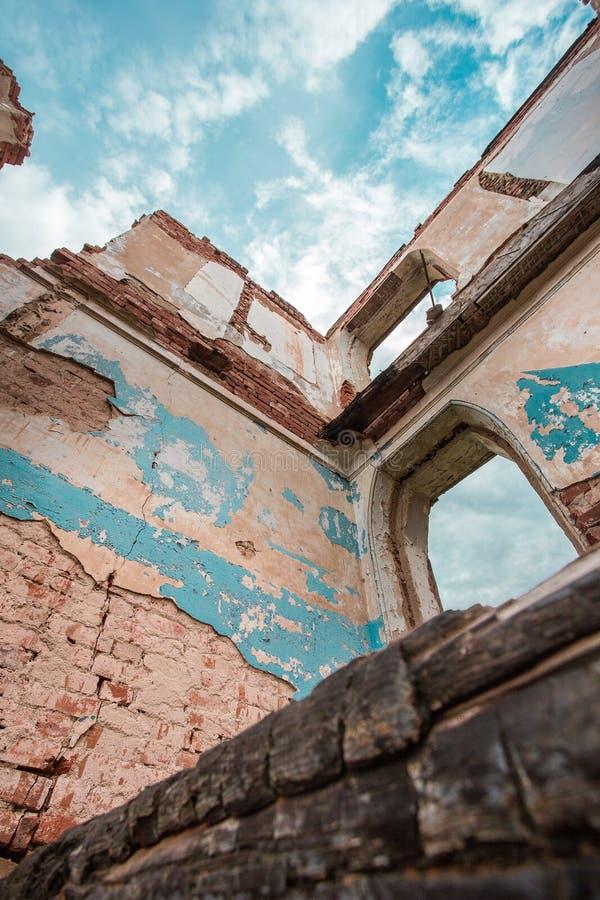 Часть покинутого кирпичного здания на предпосылке облаков стоковое изображение rf