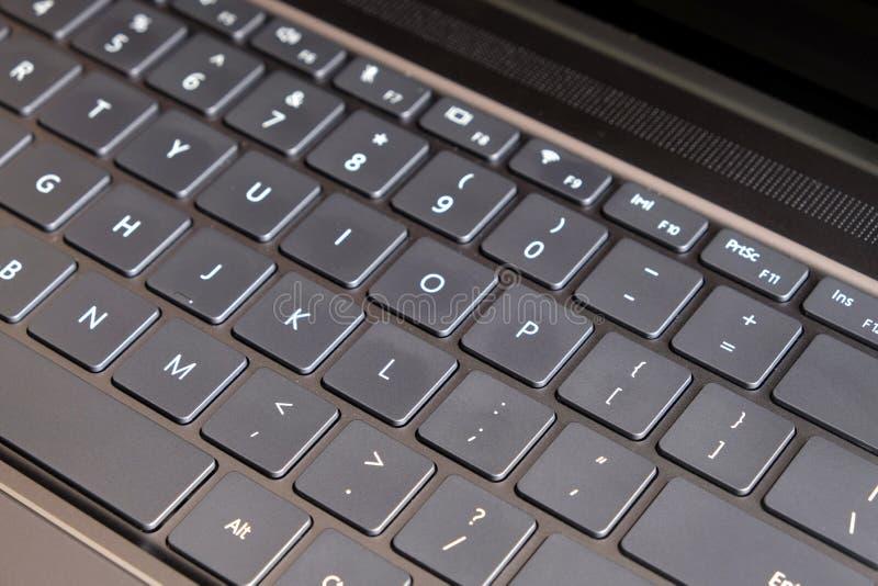 Часть раскрытого крупного плана взгляд сверху клавиатуры компьтер-книжки стоковое изображение