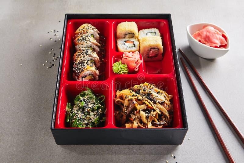Часть свежих продуктов в японской коробке бенто с сушами Rolls стоковые изображения