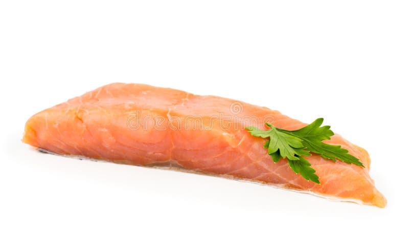 Часть свежих salmon рыб украшенных с концом-вверх лист петрушки на белизне изолировано стоковое фото