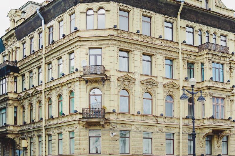 Часть светлого здания фасада кирпича с окнами святой petersburg России моста okhtinsky стоковое изображение